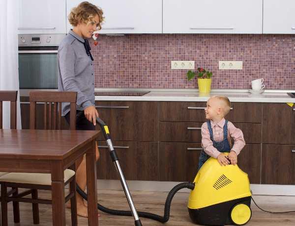 掃除をする女性と赤ちゃん