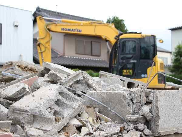 建物を破壊する場面