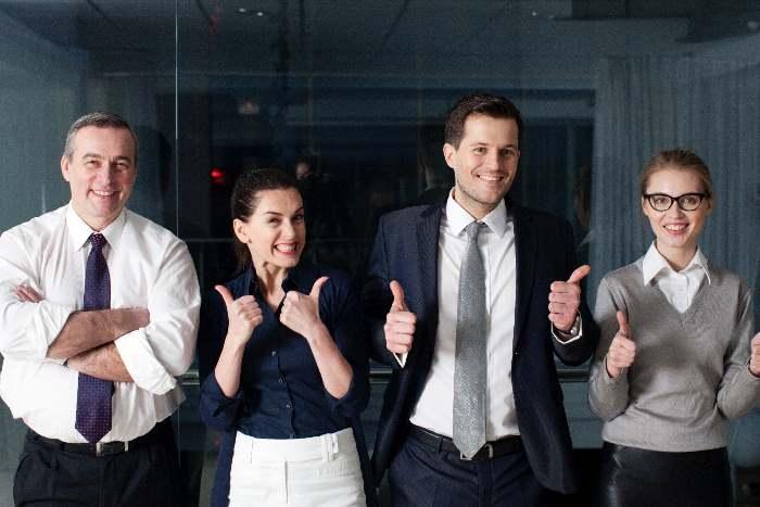 親指を立てる4人の会社員