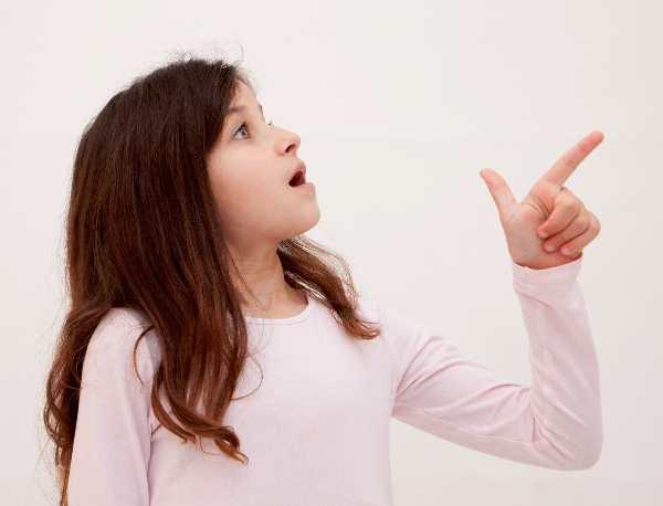 指さす白人少女