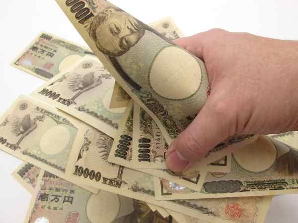 お金をつかむ手