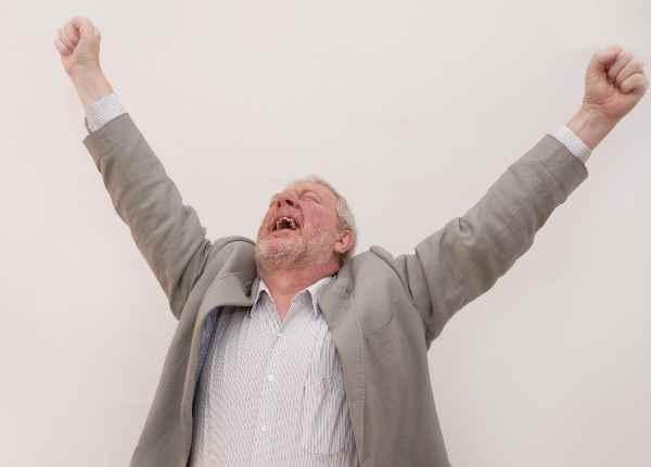 万歳をして喜ぶ白人の老人