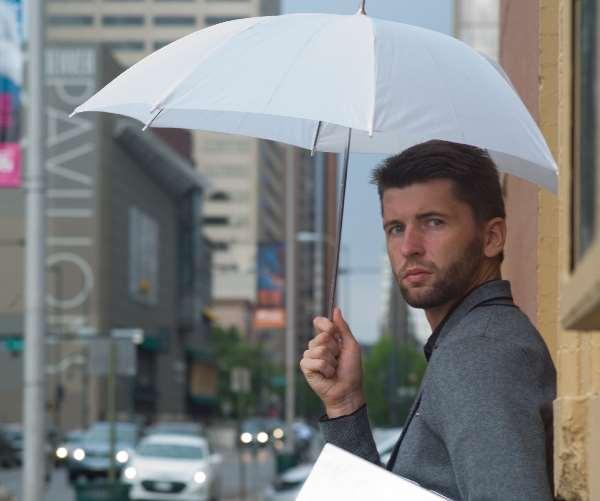 傘をさす外国人男性