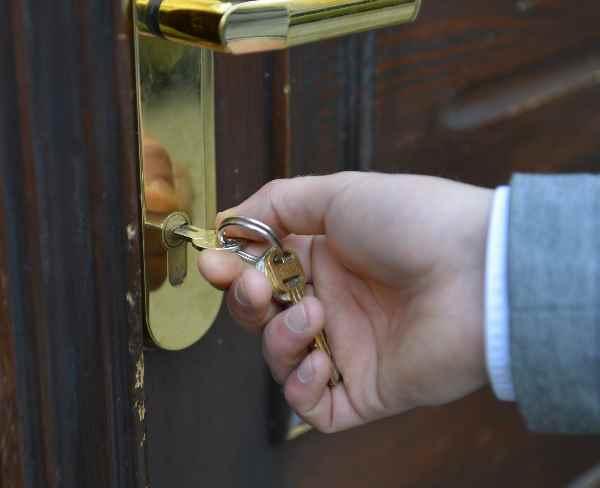 家の鍵を開ける手