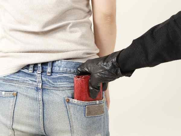 財布をすり取る手