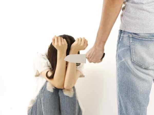 ナイフで強盗する人と被害者女性