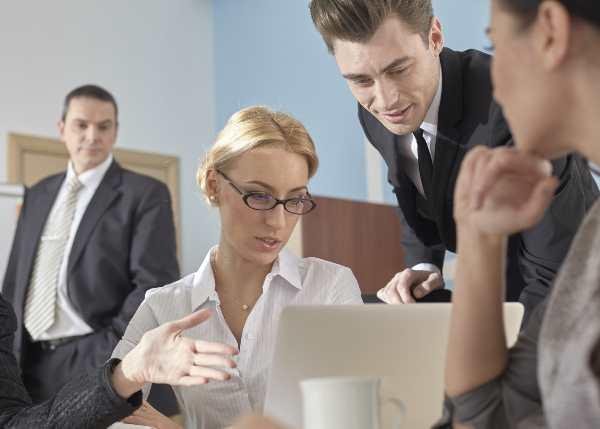 話し合いをするビジネスの人たち