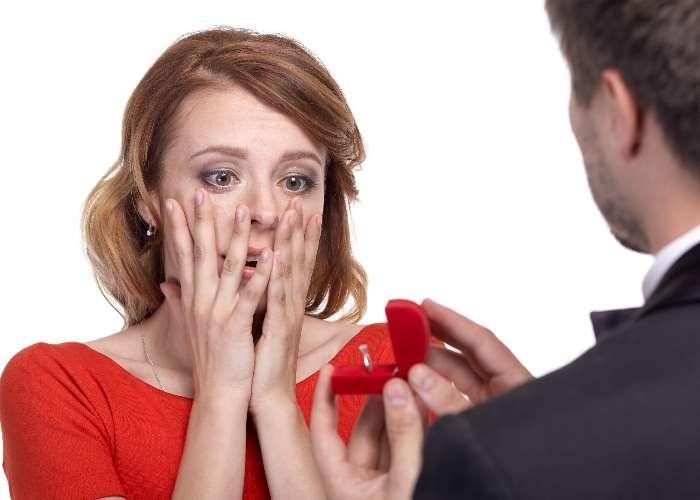 プロポーズされて驚く女性