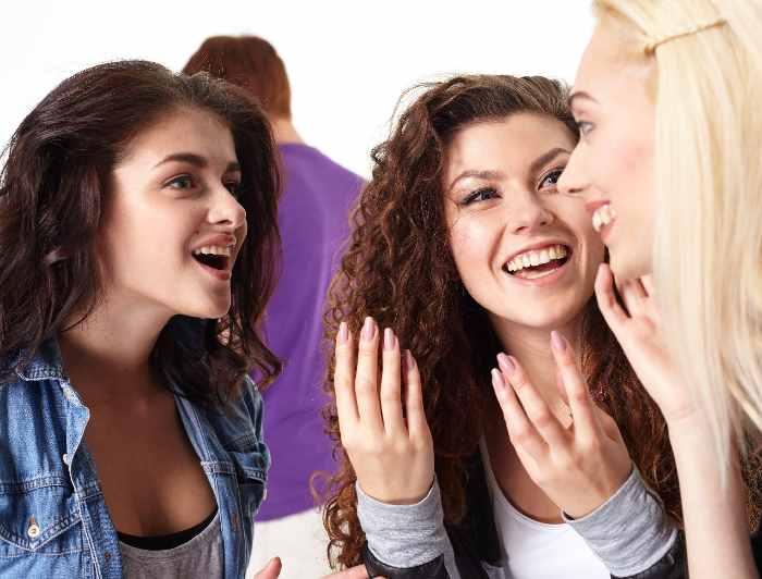 会話を楽しむ外国人女性