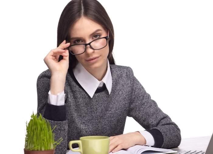 丸いメガネをかけた女性