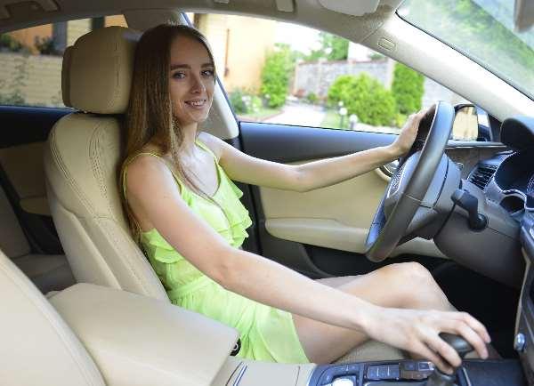 自動車を運転する外国人女性