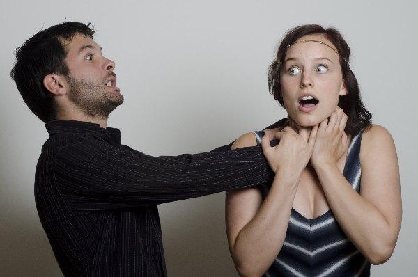 女性の首をしめる男性