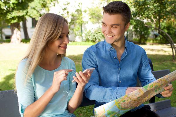 女性に地図を見せる男性