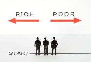 金持ちになるか貧乏になるか迷うビジネスマン