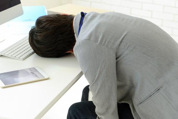 机で眠る会社員