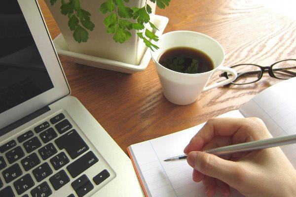 パソコンとコーヒーで勉強