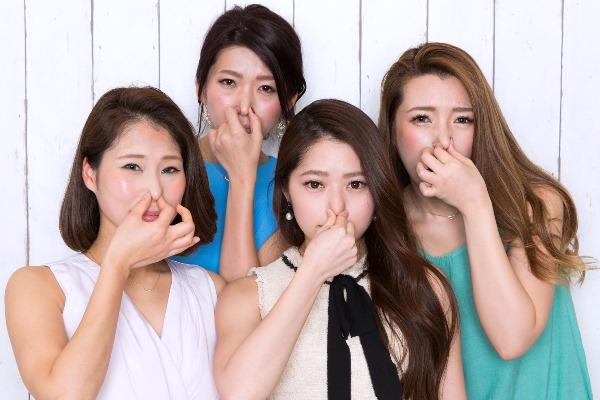鼻をつまむ女性たち