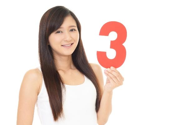 数字の3を持つ女性
