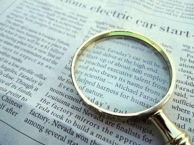 英字新聞と虫眼鏡