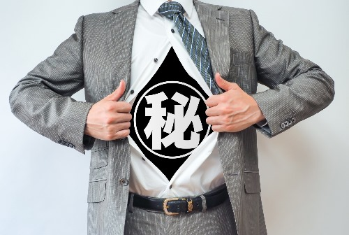 マル秘スーツの男性