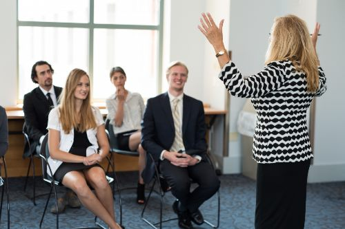 演説する女性