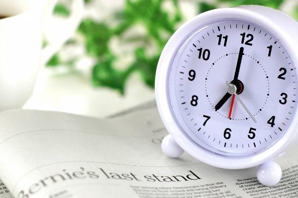 時計と英字新聞