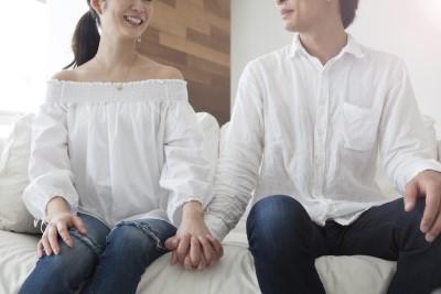白い服のカップル