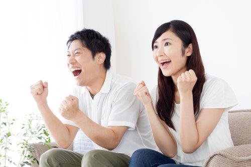 テレビを楽しむカップル