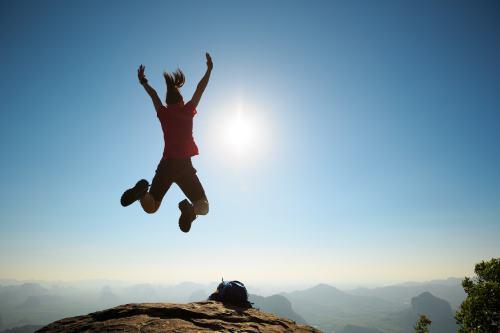 空でジャンプする女性