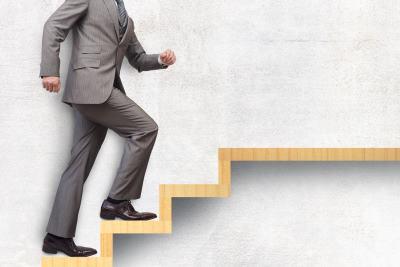 階段を上がる会社員