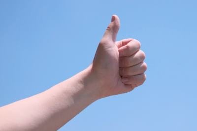 親指を突き上げる手