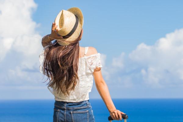 沖縄の海を見る女性