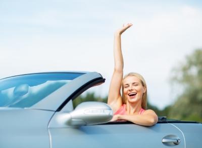 車から手を振る女性