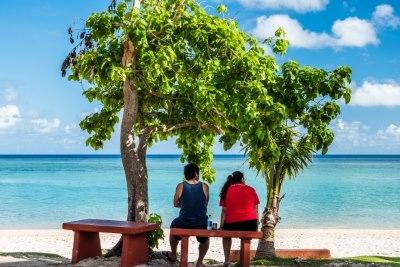 ビーチを眺める二人