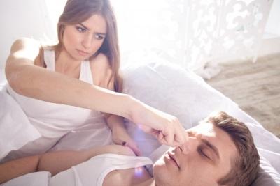 男性の鼻をつまむ女性