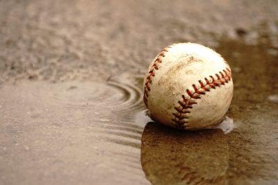 雨に濡れた野球のボール