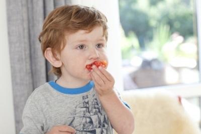 何かを食べる赤ちゃん