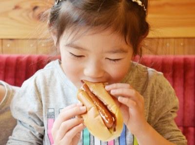 ホットドッグを食べる女の子