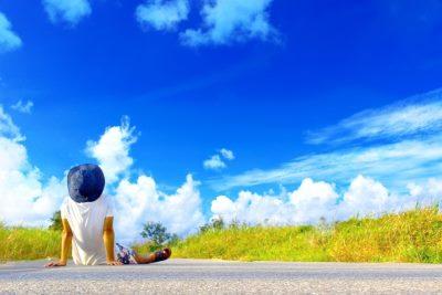 青空を見る男性