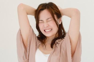 歯を噛みしめる女性