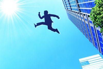 空にジャンプする会社員