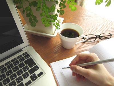 パソコンとコーヒーとノート