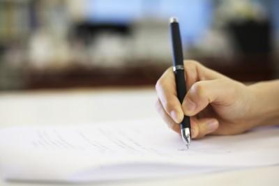 契約書にサインする人