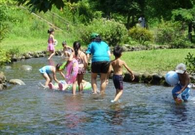 川遊びする親子
