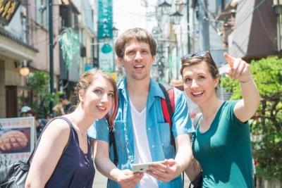 旅行する3人の外国人