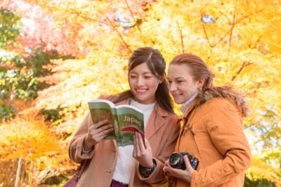 本を見る二人の女性