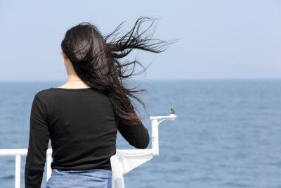 船に乗った女性