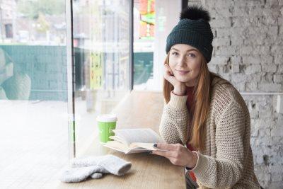 窓際で本を読む女性