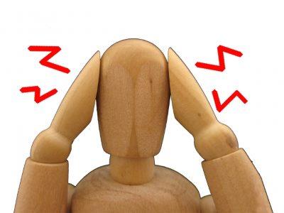 耳を押さえる木製の人形