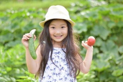 野菜を持った女の子